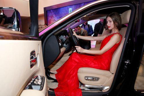 Mẫu Tây gợi cảm bên siêu xe 19 tỷ tại Hà Nội  - Ảnh 11