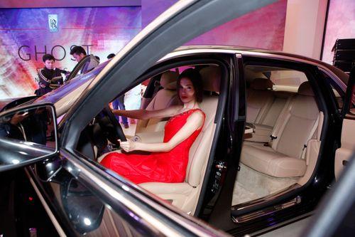 Mẫu Tây gợi cảm bên siêu xe 19 tỷ tại Hà Nội  - Ảnh 15