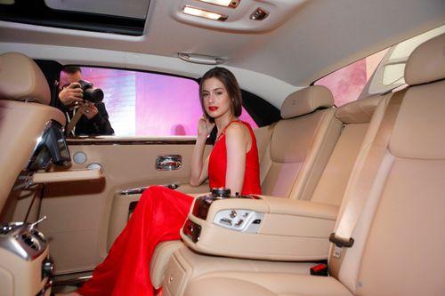 Mẫu Tây gợi cảm bên siêu xe 19 tỷ tại Hà Nội  - Ảnh 2