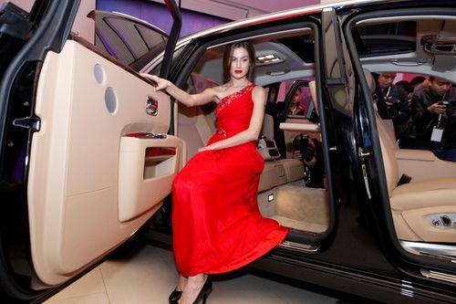 Mẫu Tây gợi cảm bên siêu xe 19 tỷ tại Hà Nội  - Ảnh 6