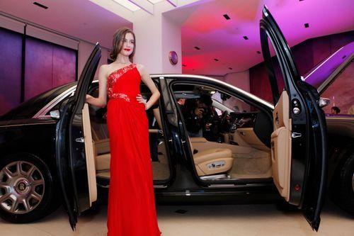 Mẫu Tây gợi cảm bên siêu xe 19 tỷ tại Hà Nội  - Ảnh 7