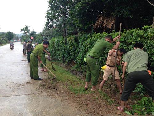 Hà Tĩnh: Hàng trăm chiến sỹ CAND đào đất, cuốc cỏ chung sức XD nông thôn mới - Ảnh 1