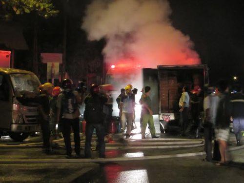 Cháy lớn tại kho hàng chứa mì ăn liền trong đêm - Ảnh 1
