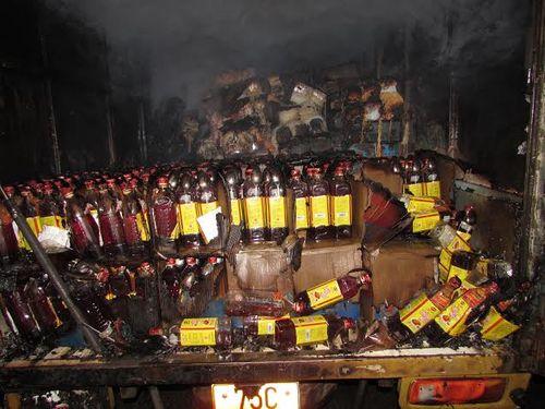 Cháy lớn tại kho hàng chứa mì ăn liền trong đêm - Ảnh 3