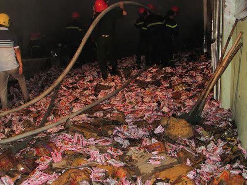 Cháy lớn tại kho hàng chứa mì ăn liền trong đêm - Ảnh 2