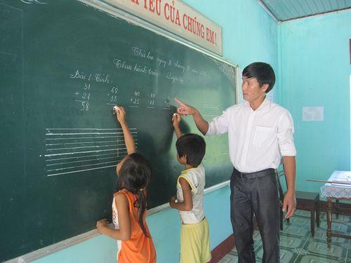 Chuyện về lớp học ghép có 10 học sinh, bảng đen lắp 2 đầu lớp - Ảnh 2