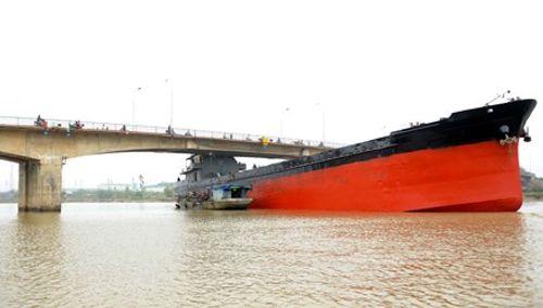 Hiện trường cầu An Thái hư hỏng nặng sau cú đâm của tàu thủy 3000 tấn - Ảnh 2