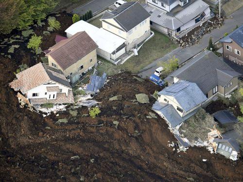 Nhật Bản: 12.000 nhà có nguy cơ đổ sập sau trận động đất ở Kumamoto - Ảnh 1