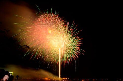 """Mãn nhãn với """"bữa tiệc"""" pháo hoa mừng 41 năm thống nhất đất nước - Ảnh 1"""