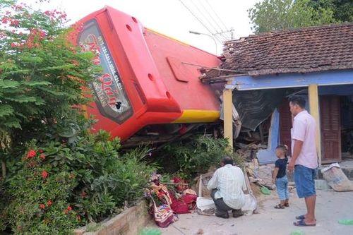 Xe khách tông vào nhà dân, 5 người bị thương nặng - Ảnh 1