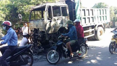 Sau tiếng nổ, xe tải chở cát sỏi bốc cháy - Ảnh 1