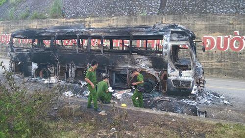 Xe khách biển số Lào cháy trơ khung trên đường mòn HCM - Ảnh 1