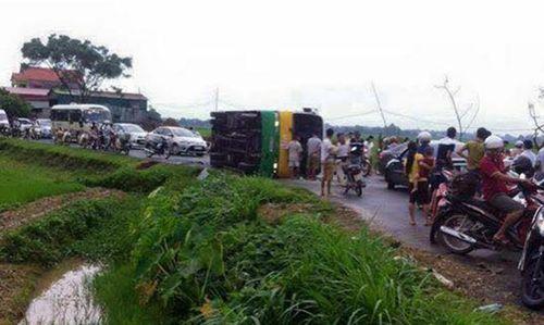 Xe bus va chạm taxi, hơn 20 người nhập viện - Ảnh 1