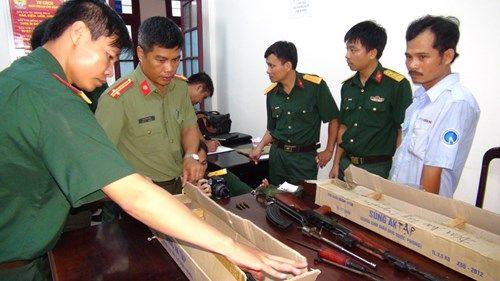Tin mới vụ bắt giữ xe khách chở lượng lớn súng AK, lựu đạn - Ảnh 2