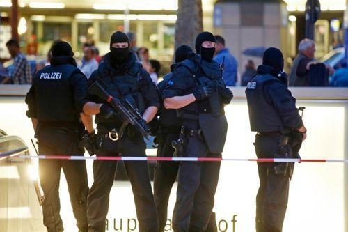 Hiện trường vụ xả súng vào trung tâm mua sắm ở Đức - Ảnh 7