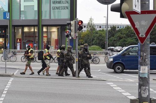 Hiện trường vụ xả súng vào trung tâm mua sắm ở Đức - Ảnh 11