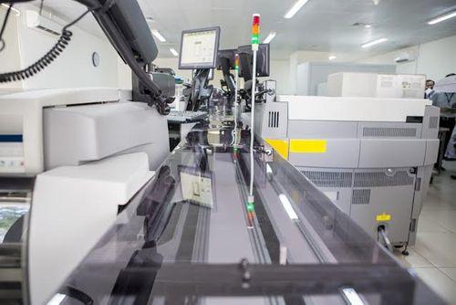 BV Chợ Rẫy lần đầu tiên xét nghiệm bằng hệ thống… băng chuyền - Ảnh 2