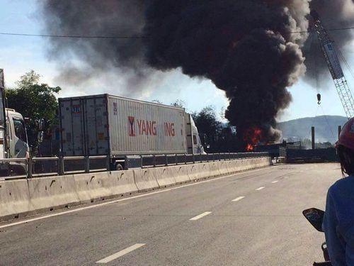 Xe tải và container bốc cháy sau cú va chạm mạnh - Ảnh 1