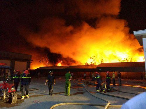 Huy động hàng trăm người chữa cháy tại công ty nến ở Hải Phòng - Ảnh 1