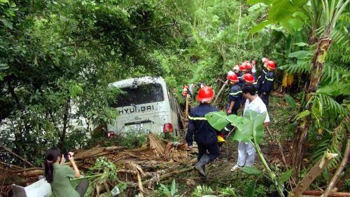 Xe khách mất lái lao xuống vực, 9 người bị thương - Ảnh 1