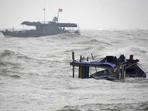 Thanh Hóa cứu được 7 ngư dân bị chìm tàu do bão số 1 - Ảnh 1