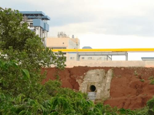 Vỡ ống chứa hóa chất, kiềm chảy tràn ra suối Đắk Dao - Ảnh 1