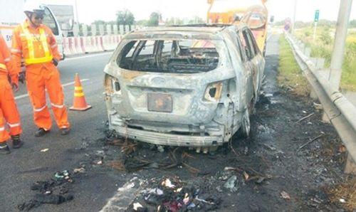 Xe 7 chỗ bốc cháy dữ dội khi đang lưu thông - Ảnh 1