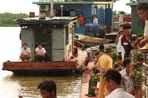 Vụ va chạm tàu trên sông Hồng: Tìm thấy thi thể bé trai 7 tuổi - Ảnh 1