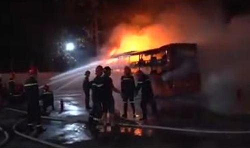 Xe bốc cháy khi vừa vào bến, hành khách hoảng loạn cháy thoát thân - Ảnh 1