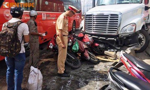 Xe container đổ dốc tông nát nhiều ô tô, xe máy - Ảnh 1