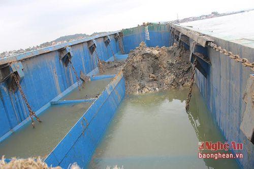 Giám định chất thải do tàu xả xuống biển Nghệ An - Ảnh 1