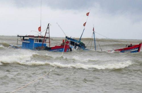 Hậu bão số 4: Nhiều tàu thuyền bị đánh chìm, ngư dân mất tích - Ảnh 1