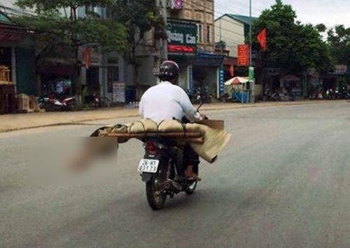 Nguy cơ lây nhiễm mầm bệnh ra cộng đồng khi chở thi thể bằng xe máy - Ảnh 1