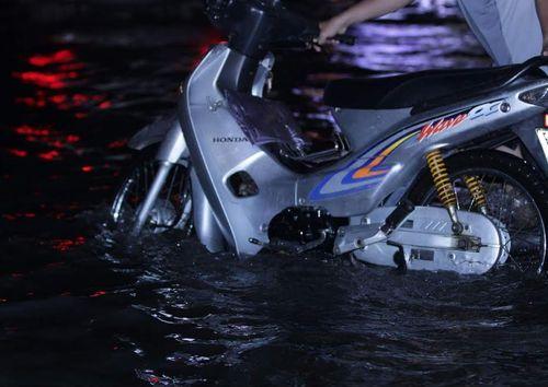 TP HCM lại biến thành sông sau trận mưa lớn - Ảnh 2