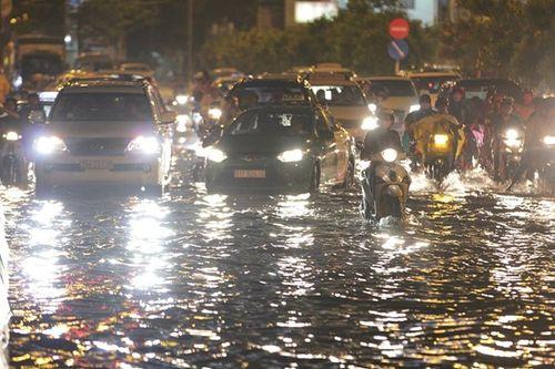 TP HCM lại biến thành sông sau trận mưa lớn - Ảnh 1