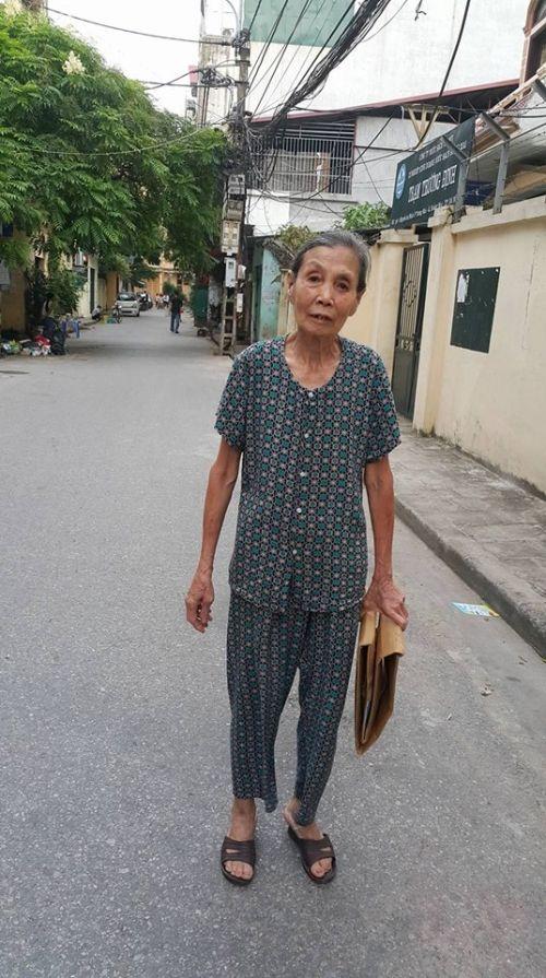 """Trò chuyện với """"bà lão khùng"""" quét rác không công tại Hà thành - Ảnh 1"""