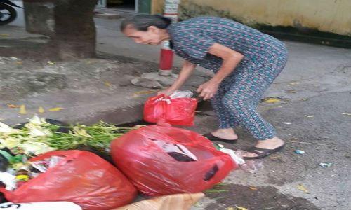"""Trò chuyện với """"bà lão khùng"""" quét rác không công tại Hà thành - Ảnh 2"""