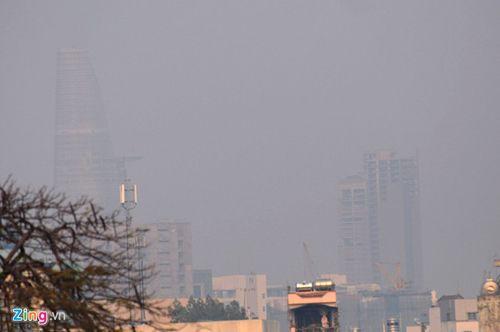 Sương mù bất thường xuất hiện dày đặc ở Sài Gòn - Ảnh 1