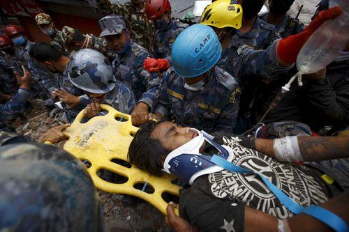 Động đất Nepal: Sống sót kỳ diệu sau 5 ngày bị vùi lấp - Ảnh 1