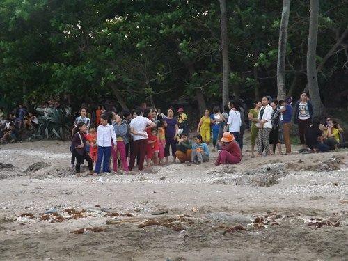 3 học sinh tiểu học bị sóng cuốn mất tích khi tắm biển - Ảnh 2
