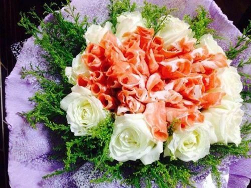 Thiếu nữ rơi nước mắt vì được cầu hôn bằng... hoa thịt giữa quán lẩu - Ảnh 2