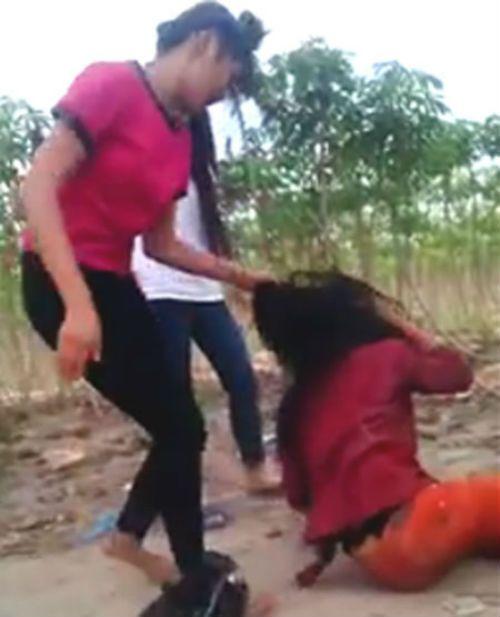 """Nữ sinh đánh """"ghen"""" giùm... bạn ở Tây Ninh bị buộc thôi học 1 tuần - Ảnh 1"""