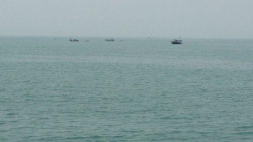 Dông lốc, sóng to đánh chìm một tàu vận tải chở 9 người - Ảnh 1