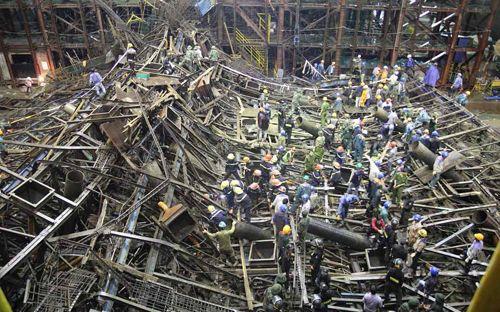 Sập giàn giáo ở Hà Tĩnh: Đang xác minh nguyên nhân do người hay máy - Ảnh 1