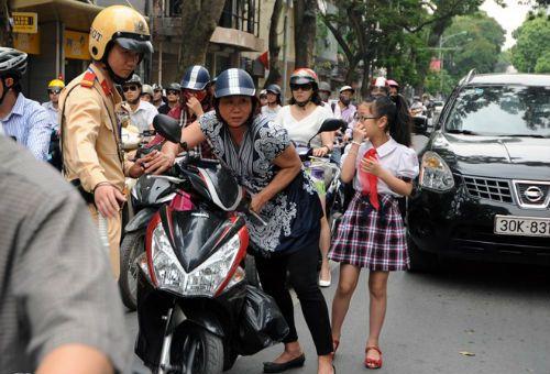 Phụ huynh, học sinh ngỡ ngàng bị dừng xe vì không đội MBH - Ảnh 2