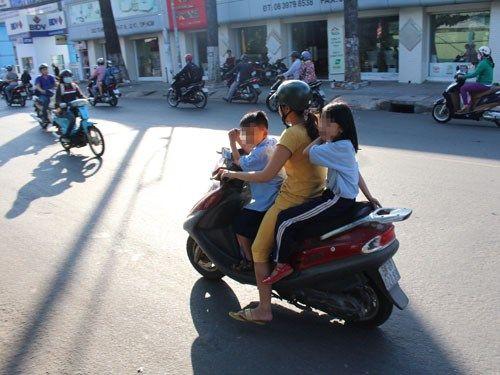 Phụ huynh, học sinh ngỡ ngàng bị dừng xe vì không đội MBH - Ảnh 3