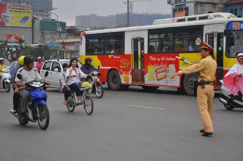 Phụ huynh, học sinh ngỡ ngàng bị dừng xe vì không đội MBH - Ảnh 1