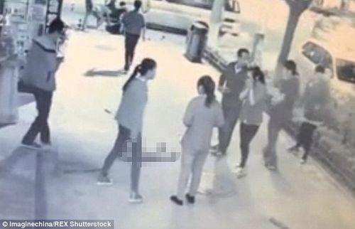 Người qua đường làm ngơ khi bé 2 tuổi bị bạo hành dã man giữa phố - Ảnh 1