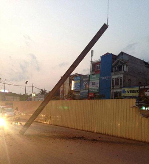 Thanh sắt dài 10m rơi ở tuyến đường sắt Nhổn - Ga Hà Nội - Ảnh 2