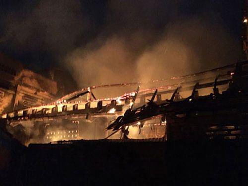 Hỏa hoạn thiêu rụi xưởng gỗ, thiệt hại hàng tỷ đồng - Ảnh 1